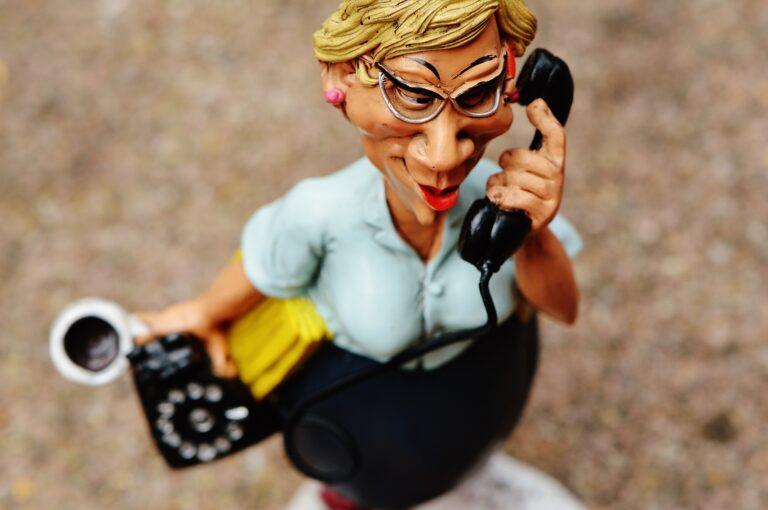 Frau, die telefoniert